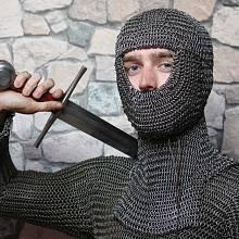 Kroužková košile chránila před údery kopí a mečů.
