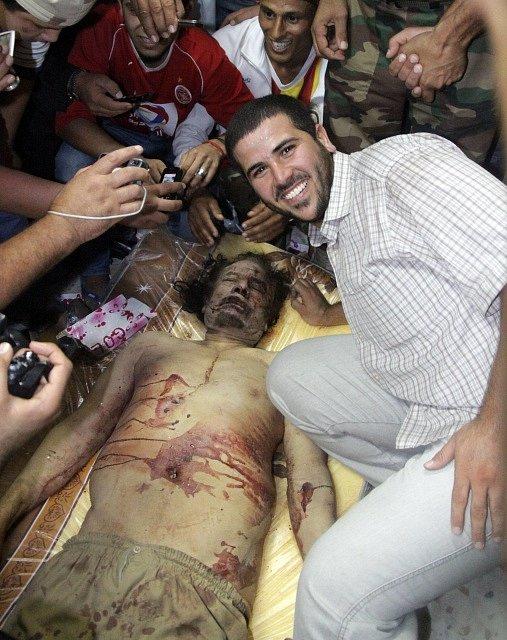 Pózování s diktátorovou mrtvolou, 20. října 2011