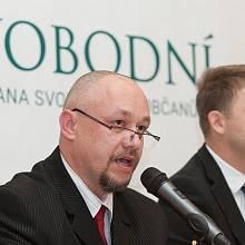"""Petr Mach (vpravo) a František Matějka nabízejí dva recepty, jak by měli Svobodní zaujmout voliče. Drolení """"nekorektní pravice"""" je důsledkem radikalizace společnosti."""