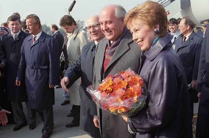 Raisa Gorbačovová s manželem Michailem při návštěvě Německa