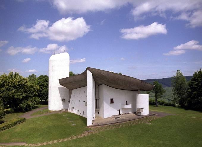 Na seznam dědictví UNESCO bylo připsáno také 17 staveb původně švýcarského architekta Le Corbusiera. Na snímku kaple Notre Dame du Haut ve východní Francii.