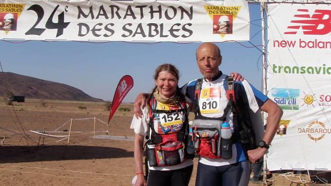 Ivana s Italem Carlem v cíli 3. etapy maratonu des Sables, která měla 91 kilometrů.