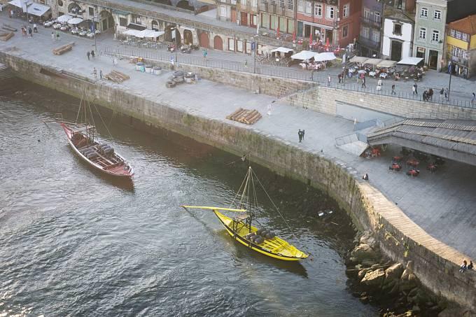 Nábřeží řeky Douro a loďky, kterými se dříve přivážely sudy s portským vínem.