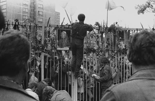 Portrét Jana Pavla II. na bráně Gdaňských loděnic během stávky v roce 1980