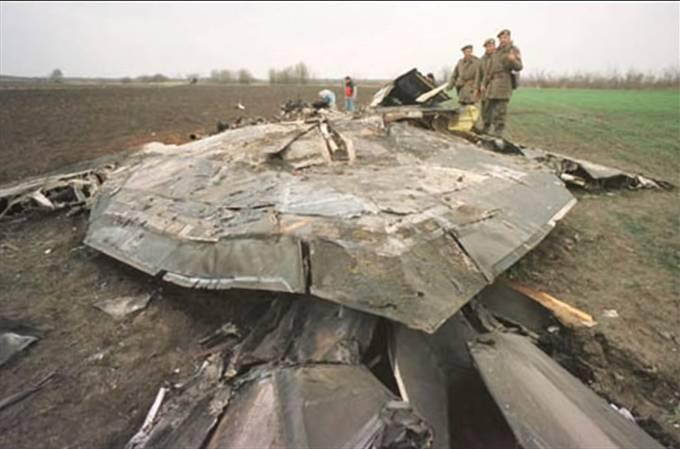 Vojáci armády Jugoslávie pózují u sestřeleného Nighhawku