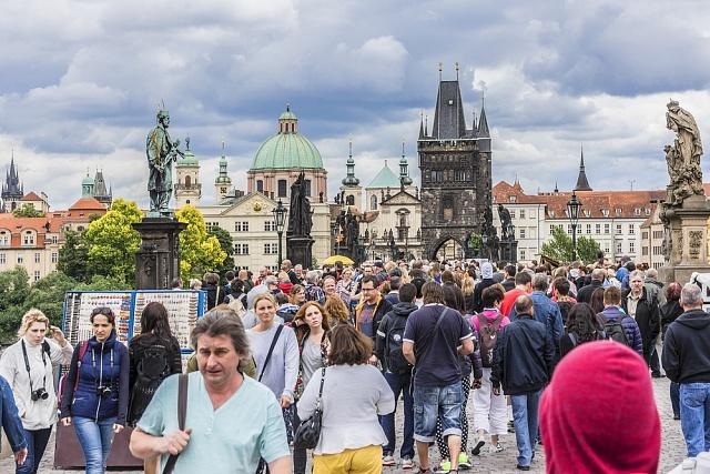 Bude celá Praha plná lidí tak, jako je dnes Karlův most? Podle unijních statistiků je reálný nárůst počtu Pražanů o pětinu do roku 2040.