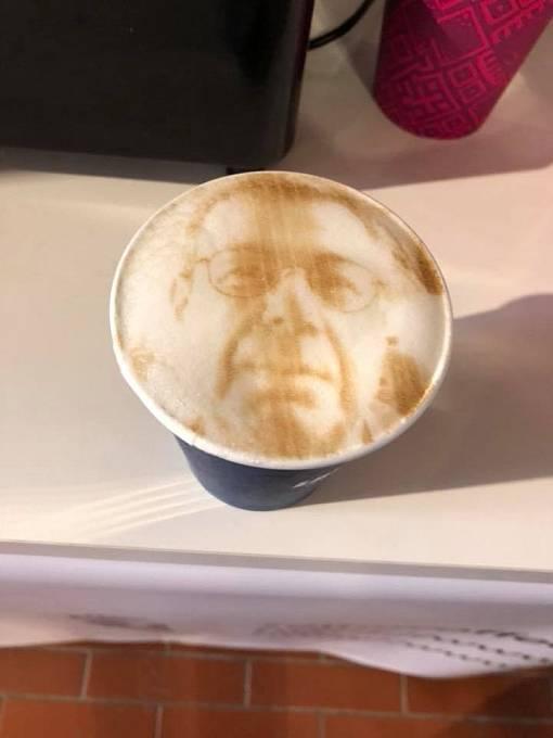 Vlastnímu selfie na kávové pěně neodolal ani publicista Petr Koubský