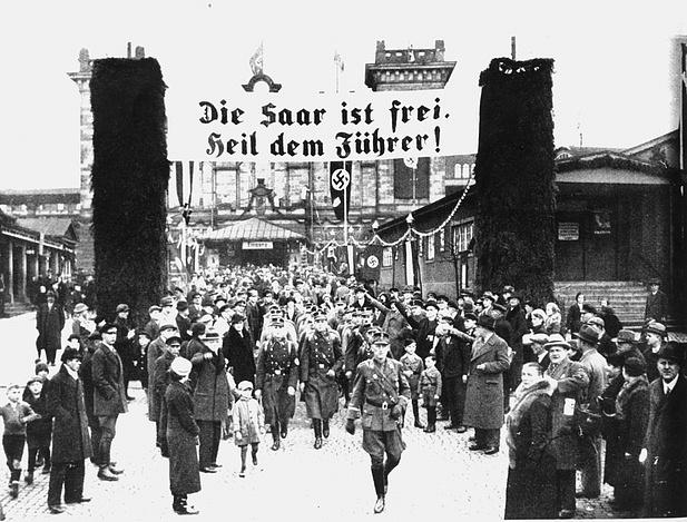 Vroce 1935se uchýlil kpřímé demokracii iAdolf Hitler: po plebiscitu bylo kjeho Velkoněmecké říši připojeno Sársko