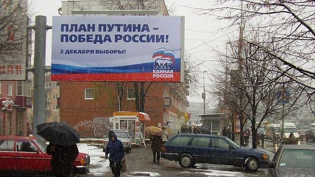 Meziválečnou rudou Stalinovu diktaturu dnes vRusku nahradil Putinův kult národa a vítězství, reprezentovaný hnutím Jednotné Rusko.