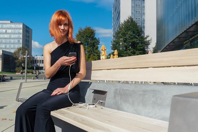 Prototyp chytré lavičky před NTK v Praze v roce 2015