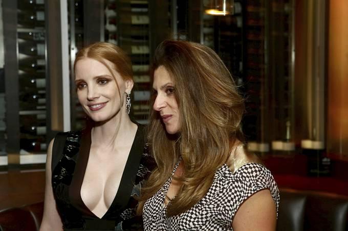 Jessica Chastainová s Niki Caro, režisérkou snímku The Zookeeper's Wife, který se natáčel loni v Praze