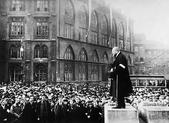 Politik Antonín Němec na manifestaci na Staroměstském náměstí 28. října 1918
