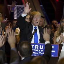 "Donald Trump a  ""jeho"" ženy. Nalevo dcera Ivanka, napravo manželka Melanie."