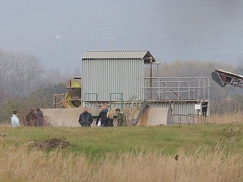 Foto Litoměřického deníku z razie na skládce u Lovosic. Skládku provozuje českolipská firma Ladeo, jejímž majitelem je podnikatel Vlastimil Ladýř.