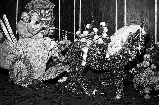Zakladatel Caesar's Palace Jay Sarno při slavnostním otevření přijel na válečném vozu ozdobeném květy.