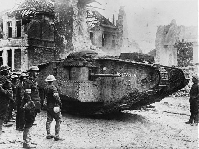 Nápis na britském tanku typu Mark I. připomíná britský civilní parník Lusitania, potopený Němci na jaře 1917