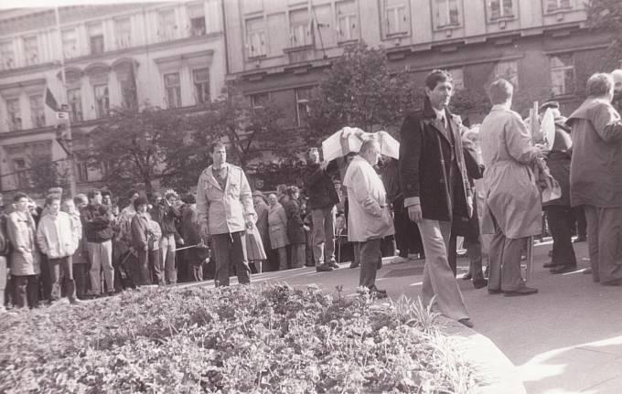 Protesty vůči komunistickému režimu v horní části Václavského náměstí 1. května 1989, které se Rudolf Bereza zúčastnil