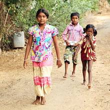 Mladé dívky v Indii ročně zameškají až 50 dnů školy kvůli tomu, že během menstruace zůstávají doma.