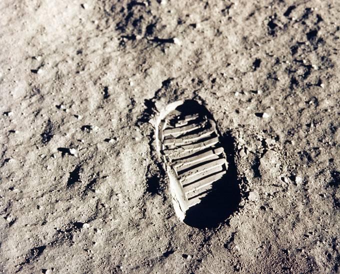 Stopa na povrchu Měsíce