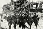 Rudolf Höss a Himmler projednávají nově vznikající tábor v Osvětimi