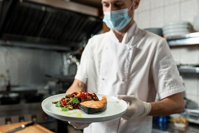 Jednou znejvíce ohrožených skupin jsou ilidé vpotravinářství, restauracích a hotelích