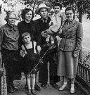 Elvíra (zcela vpravo) s příbuznými v roce 1958