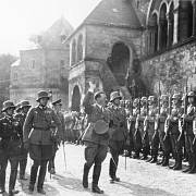 Erwin Rommel (vpředu vlevo) doprovází Adolfa Hitlera v roce 1934