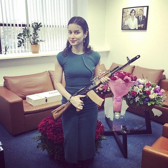Celebrita Tina Kandelaki propaguje novou tvář značky Kalašnikov.