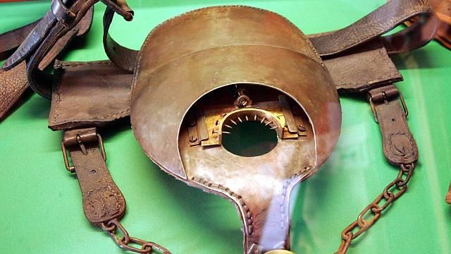 O existenci pásu cudnosti ve středověku jsou jen nepřímé důkazy. Exponát Muzea sexu - Praha , Melantrichova ulice