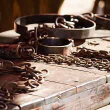Mučicí nástroje a okovy zdaleka nebyly výsadou středověku.