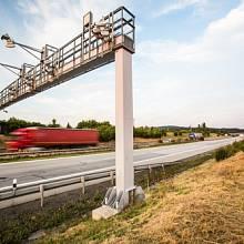 Kromě dálnic mají náklaďáky v daleko větší míře platit i za silnice I. třídy. Dnes platí jen za zhruba 200 kilometrů silnic.