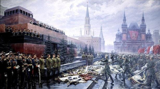 Triumf impéria vroce 1945: Rudá armáda klade ukořistěné bojové zástavy Němců ksymbolům sovětské identity – Leninovu mauzoleu umoskevského Kremlu a zároveň knohám diktátora Stalina.