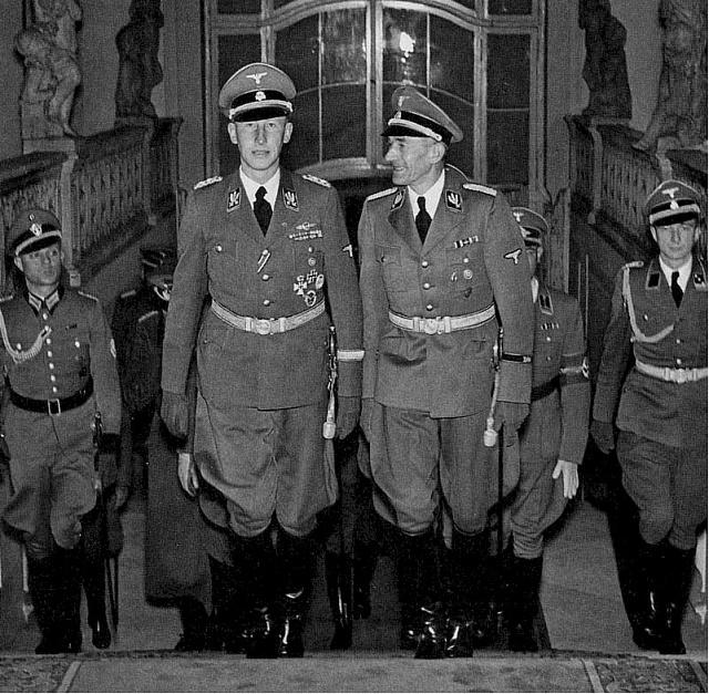 Reinhard Heydrich vdoprovodu K.H.Franka (vpravo) vstupuje do reprezentačních prostor Pražského Hradu