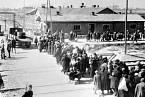 Nic netušící lidé směřují k plynové komoře a krematoriu v Osvětimi