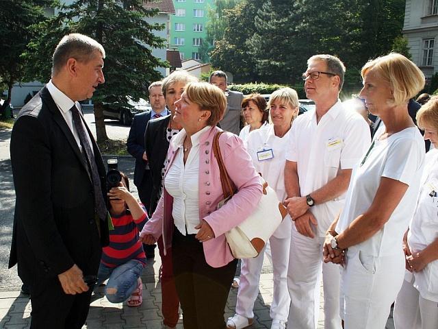 Andreje Babiše při červnové obhlídce žatecké nemocnice, která patří městu, doprovázela starostka Zdeňka Hamousová, senátorka za ANO.