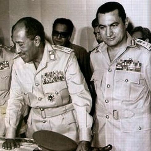 Sadat (vlevo) se svým pozdějším nástupce Mubárakem během Jomkipurské války