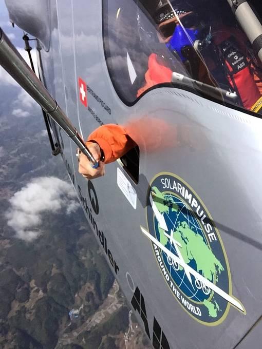 6. etapa: Na cestě do Nanjingu si pilot Bertrand Piccard našel čas i na vzdušné selfie.
