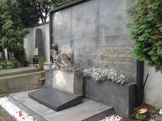 Hrob Jaroslava Brouka a jeho rodiny na holešovickém hřbitově vPraze