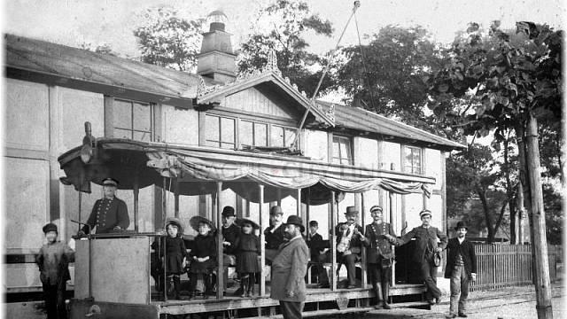 Křižíkova první elektrická tramvaj před budovou konečné stanice u letenského Zámečku