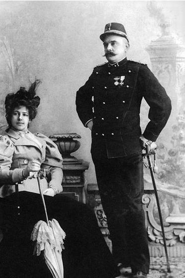 Dvaadvacetiletá Margarethe MacLeodová se svým manželem Rudolphem před odjezdem do Holandské východní Indie vkvětnu 1898