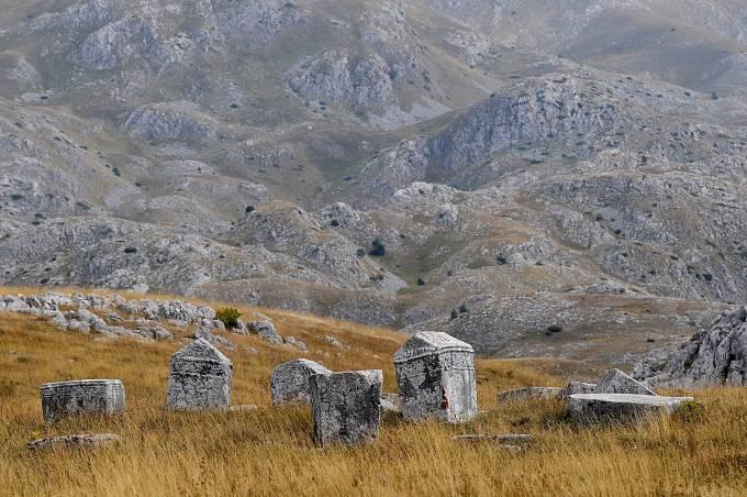 Komplex asi 30 hřbitovů rozesetých v Srbsku, jižní části Chorvatska, Černé Hory i Bosny a Hercegoviny, které se vyznačují typickými středověkými náhrobními kameny označovanými jako stećci.