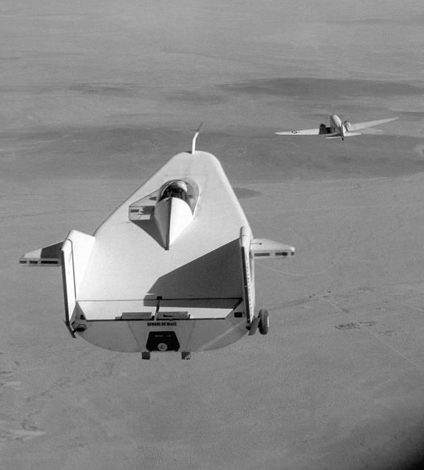 NASA testovala nejrůznější letecké stroje. Na snímku M2-F1 bez křídel, které mělo sloužit jako přistávací modul při návratu do atmosféry.