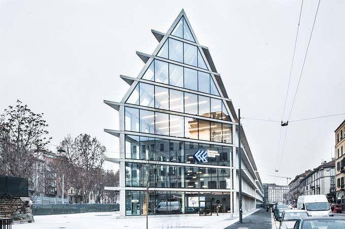 TOP KANCELÁŘE V MILÁNĚ. První stavba v Itálii navržená slavným studiem Herzog & de Meuron. Nejedná se o běžnou kancelářskou budovu, ale spíš o tvůrčí hub.