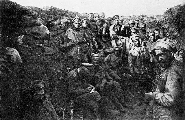 Českoslovenští legionáři v zákopech u Zborova