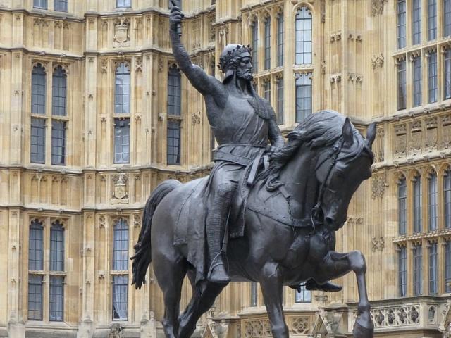 Jezdecká socha Richarda I. Lví srdce před parlamentem v Londýně