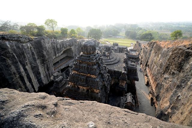 Bohové znebes byli údajně mnohem vyšší než lidé, proto se jim stavěly vysoké chrámy.