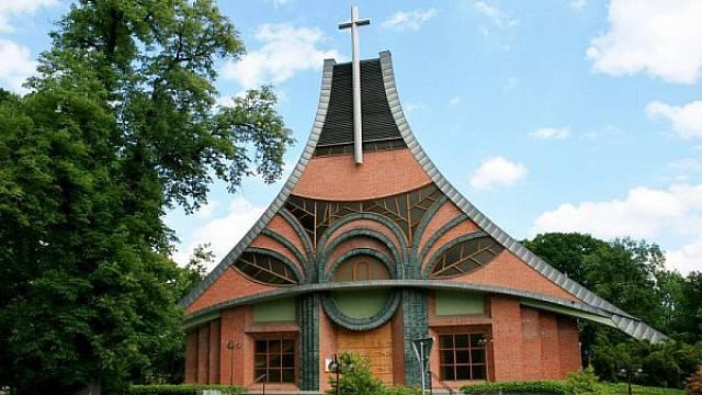 Dvacet let starý kostel v Chuchelné nedaleko polských hranic. V Ostravsko-opavské diecézi je lidí na mších v průměru nejvíce v republice. Má smysl investovat i do výdstavby nových svatostánků.