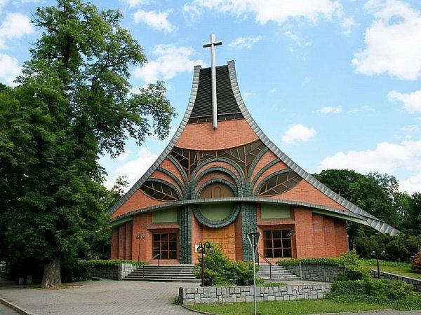Dvacet let starý kostel v Chuchelné nedaleko polských hranic. V Ostravsko-opavské diecézi je lidí na mších v průměru nejvíce v republice. Má smysl investovat i do výstavby nových svatostánků.
