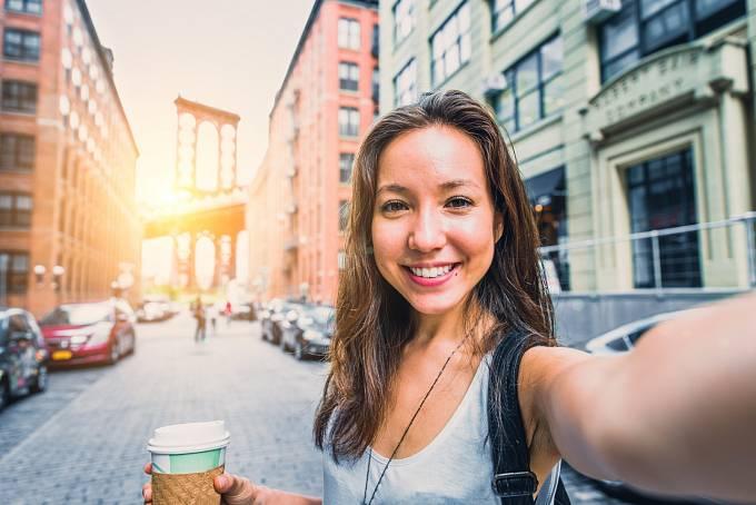 Dnes si pomocí internetových aplikací upravují ženy své vlastní fotky