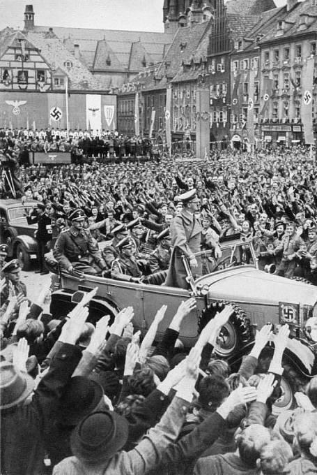 Obyvatelé Chebu vítají Adolfa Hitlera
